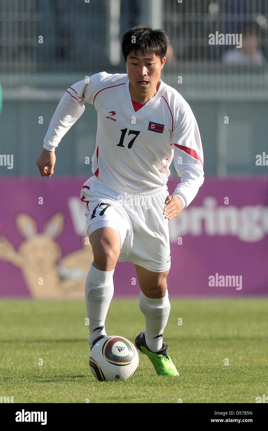 La Corée du Nord Choe Kum Chol passe le ballon pendant un match de football international l'Afrique du Photo Stock
