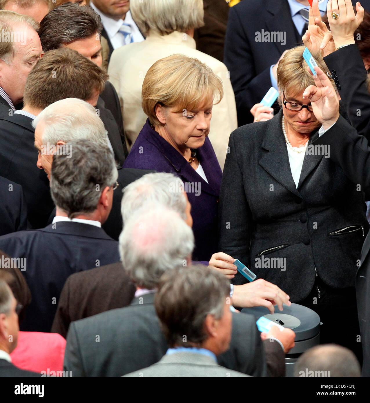 La chancelière allemande Angela Merkel (C-retour) jette son vote à une acclamation du Bundestag allemand Photo Stock