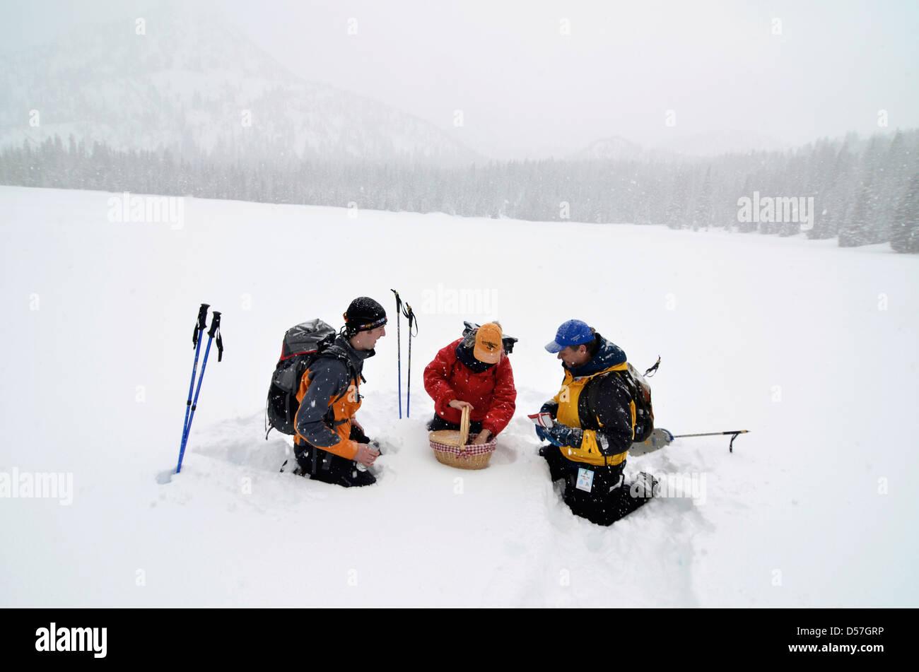 Arrêt pour un déjeuner pique-nique pendant que la raquette à Anthony Lake dans les montagnes de l'Oregon Photo Stock