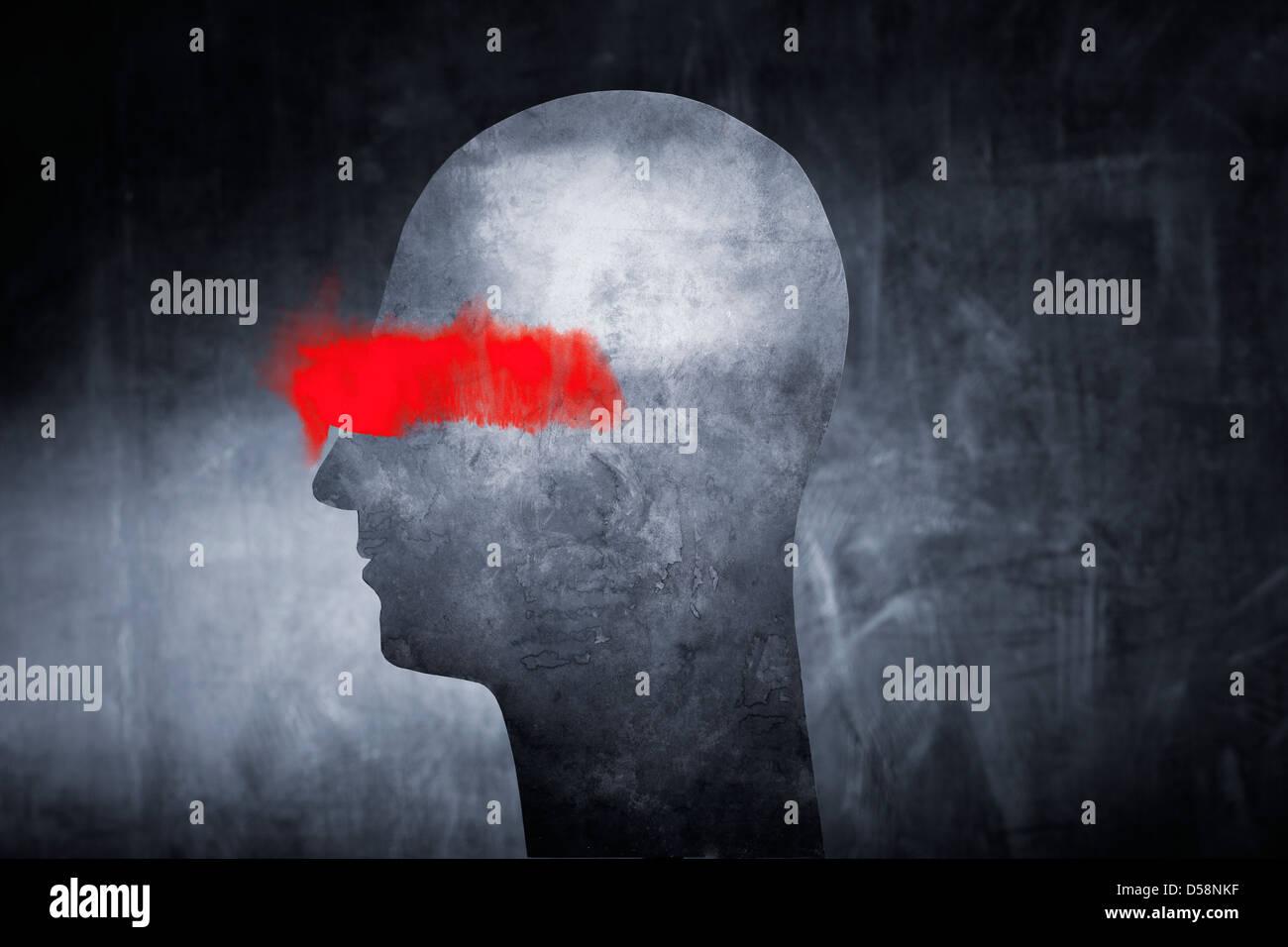 Image conceptuelle d'une tête abstraite avec de la peinture rouge sur les yeux. Photo Stock