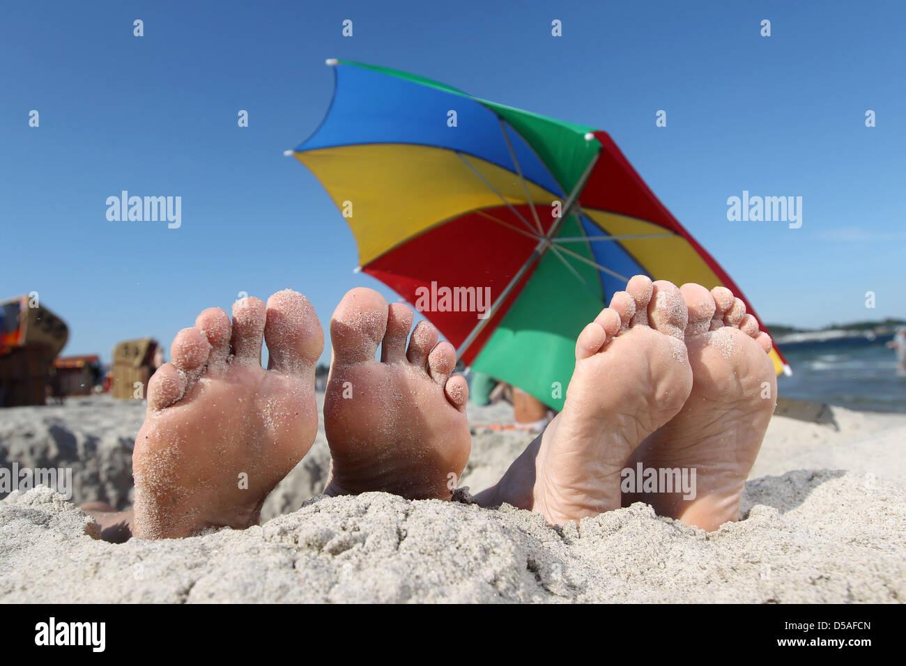 Eckernfoerde, l'Allemagne, deux paires de pieds à la recherche d'une carrière de sable Photo Stock