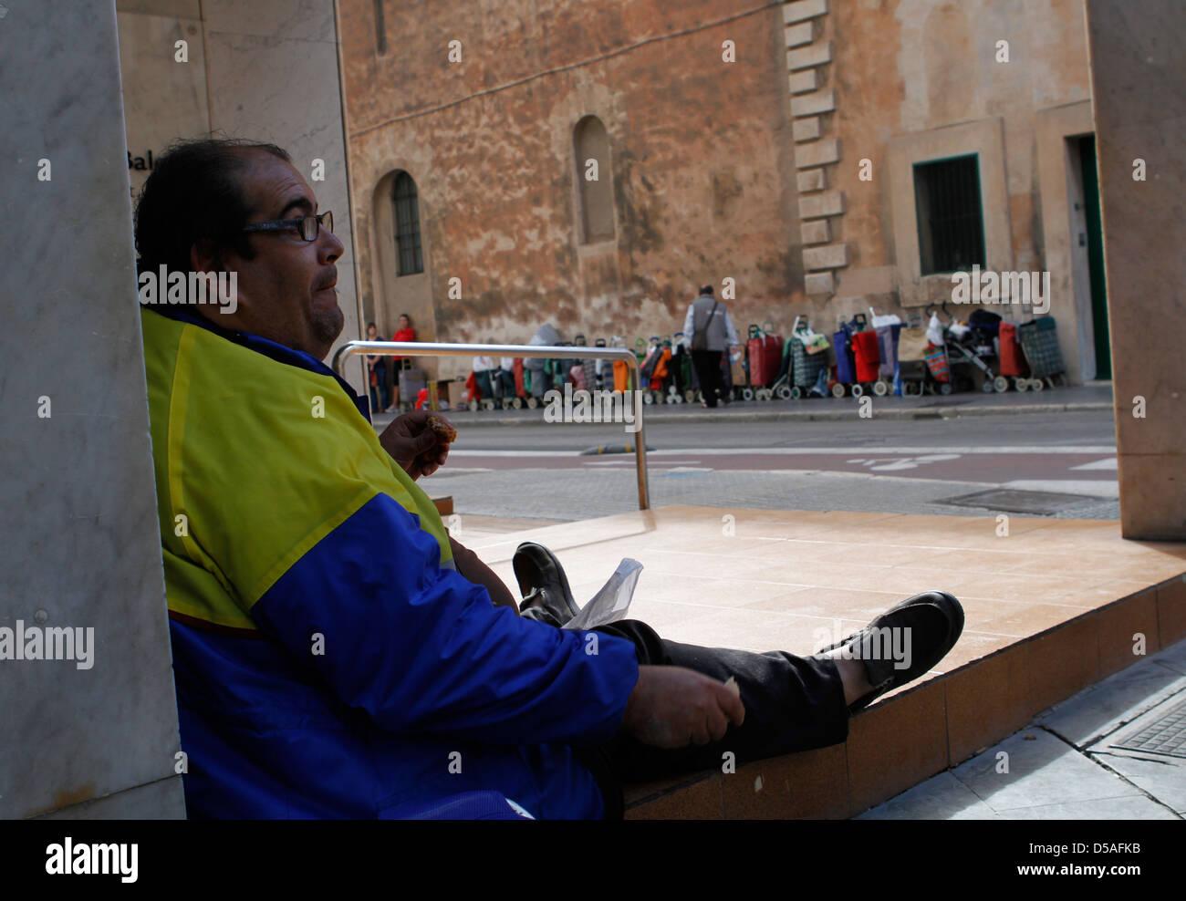 Chômeurs et souffrant d'obésité morbide attendre l'ouverture d'un centre de bienfaisance Photo Stock