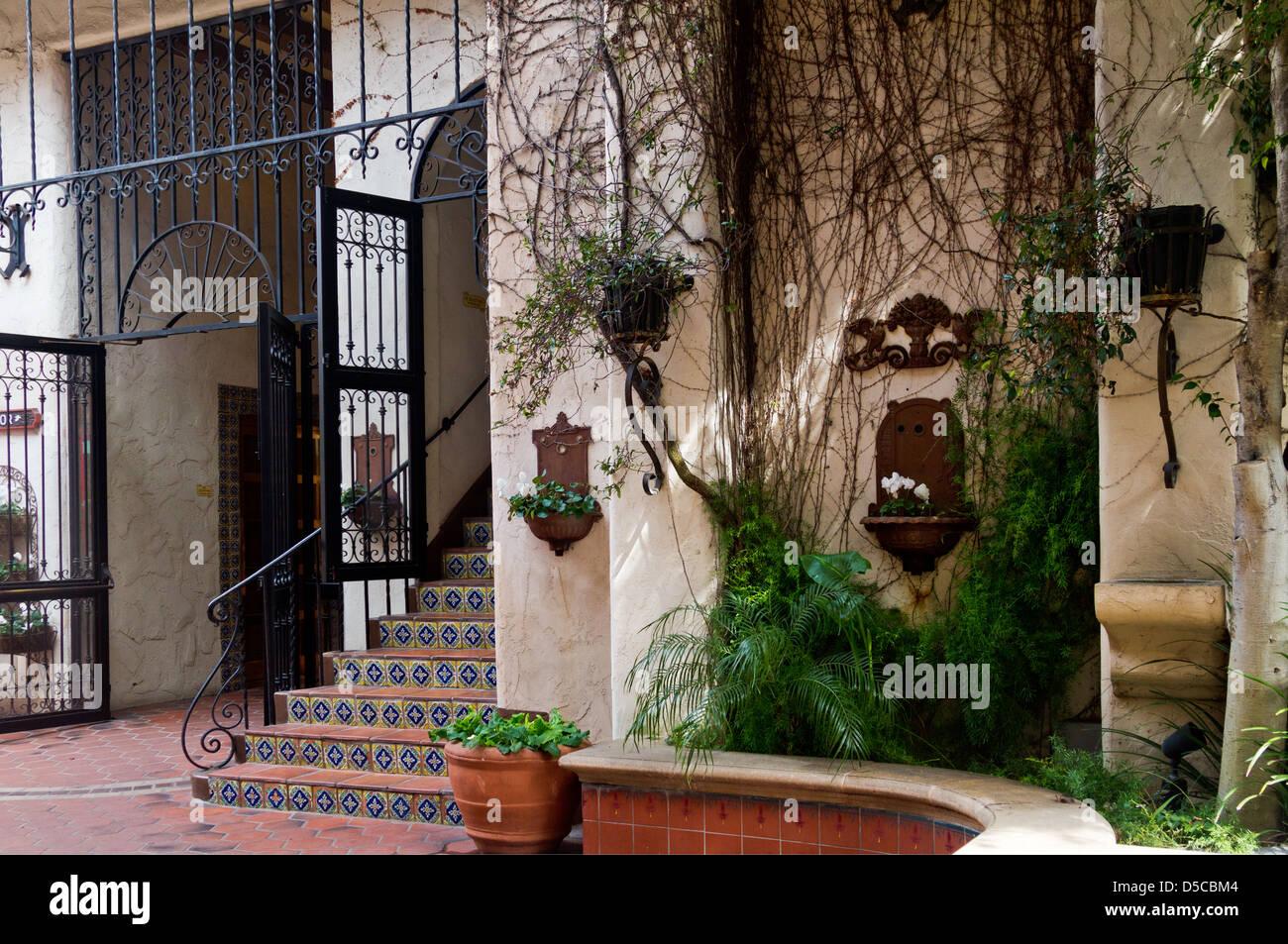 Un bâtiment de style espagnol décoration luxuriante à Santa Barbara, Californie Photo Stock
