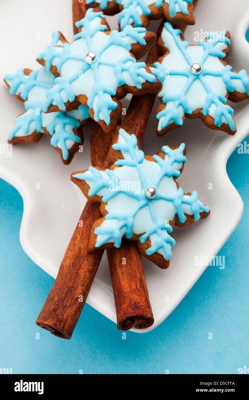 Gingerbread cookies décorés dans des tons bleus et blancs Photo Stock