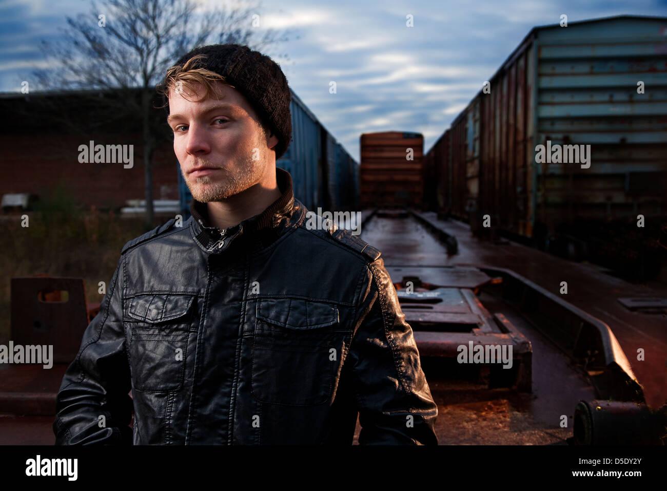 Dans l'homme et de l'enveloppe de la pac en cour de route de rail Photo Stock