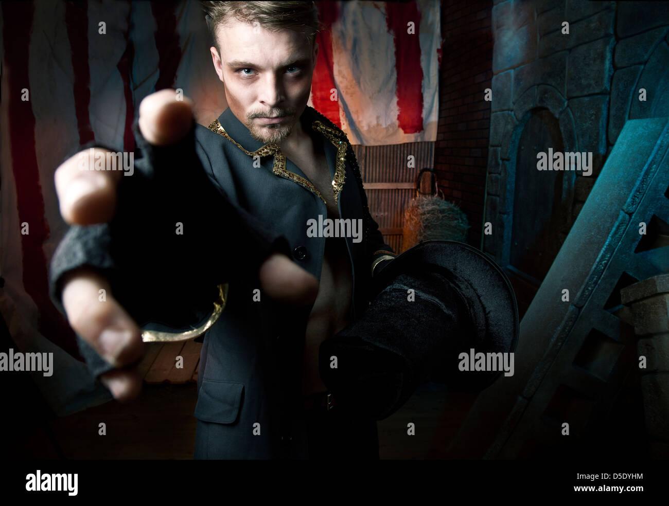 L'homme à parvenir à l'égard d'événements dans l'allée sombre tented Photo Stock