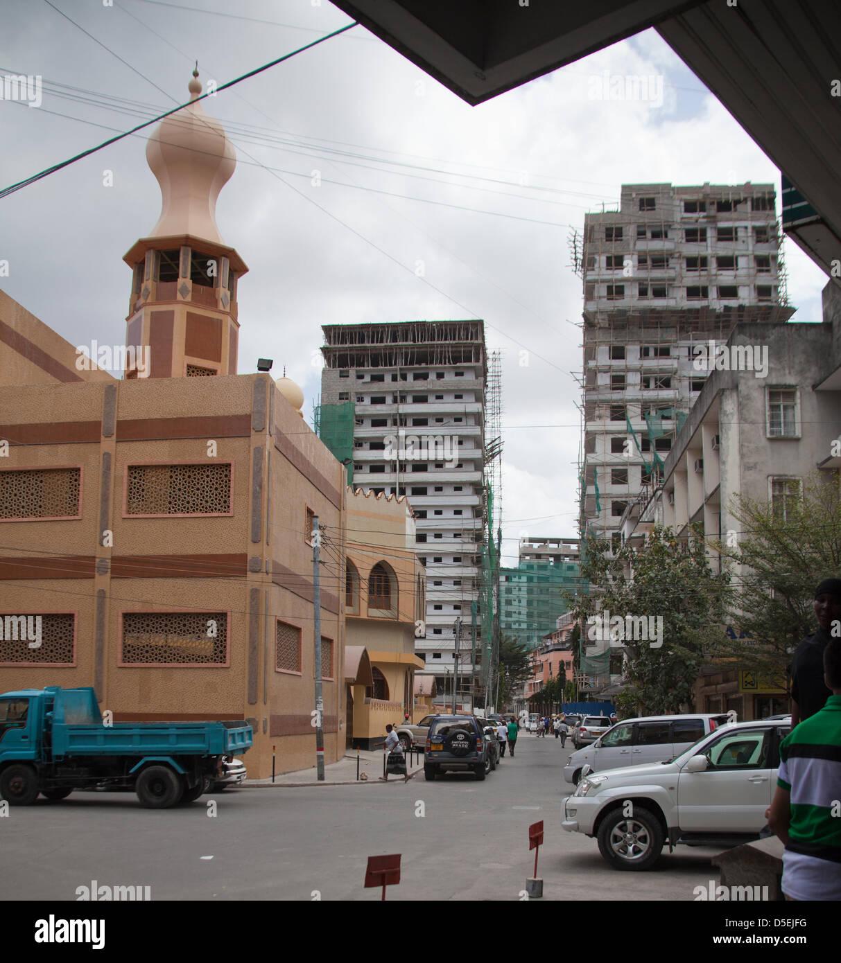Dar es Salaam, Tanzanie. Afficher le long de la rue Indira Gandhi avec Shia Ithnasheri Mosquée sur la gauche, Photo Stock