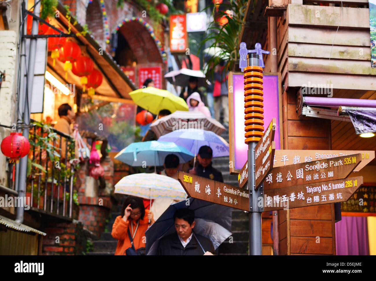 Les touristes se promener dans les ruelles pittoresques de Jiufen, Taiwan. Photo Stock