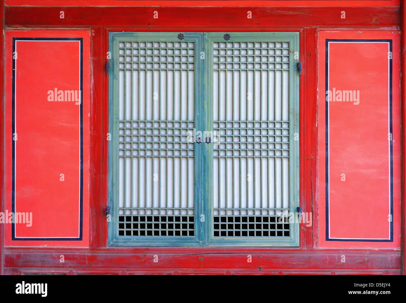 Fenêtre sur un gyeongbokgung palace à Séoul, Corée. Photo Stock