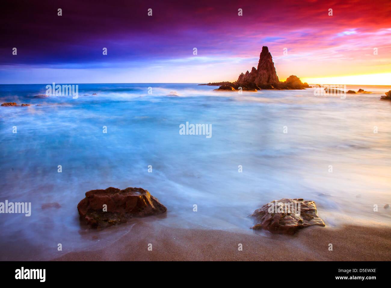Coucher du soleil sur la côte du parc naturel de Cabo de Gata Photo Stock