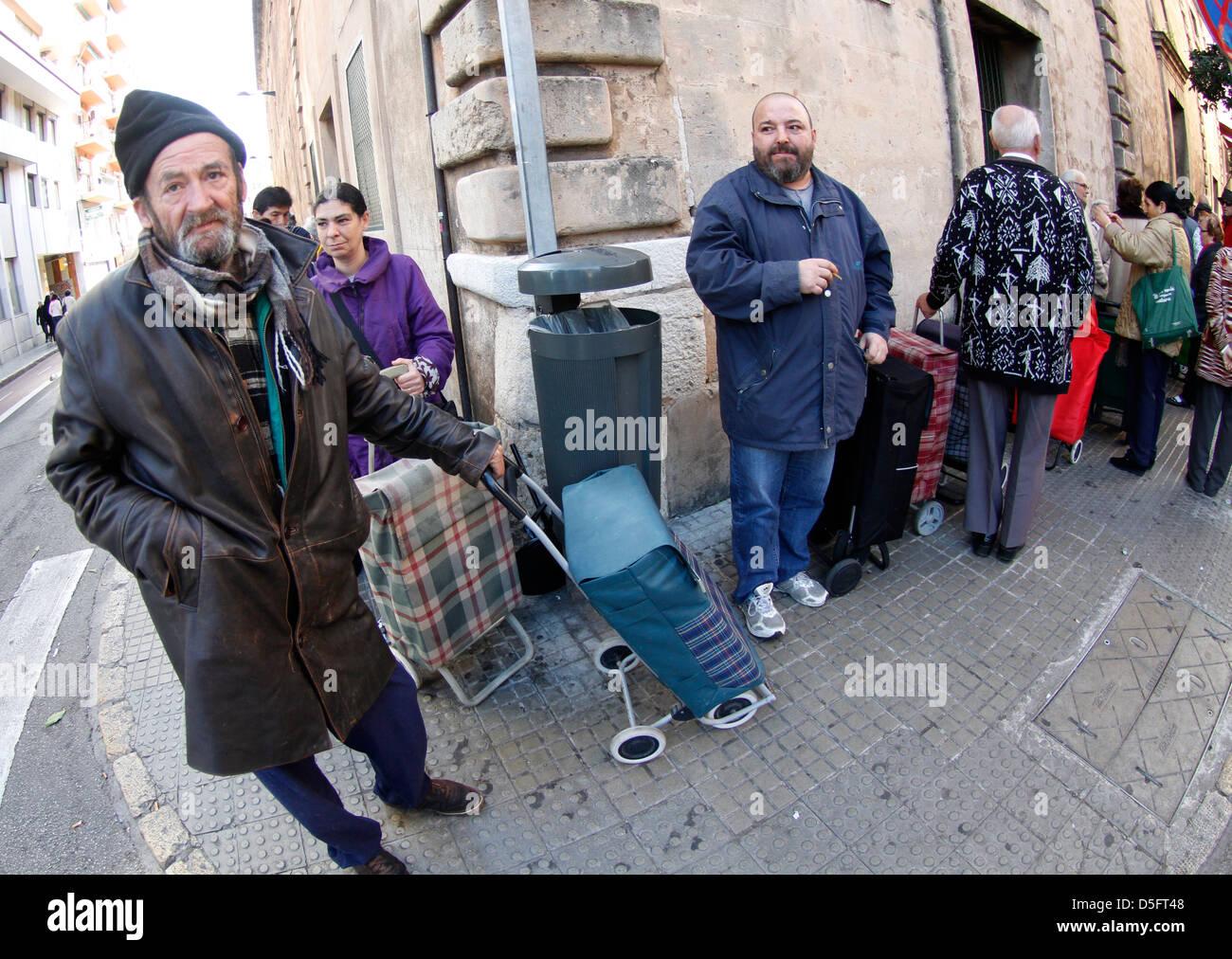 Chômeurs ou à faible ressources personnes attendent à la porte d'un centre de bienfaisance pour Photo Stock