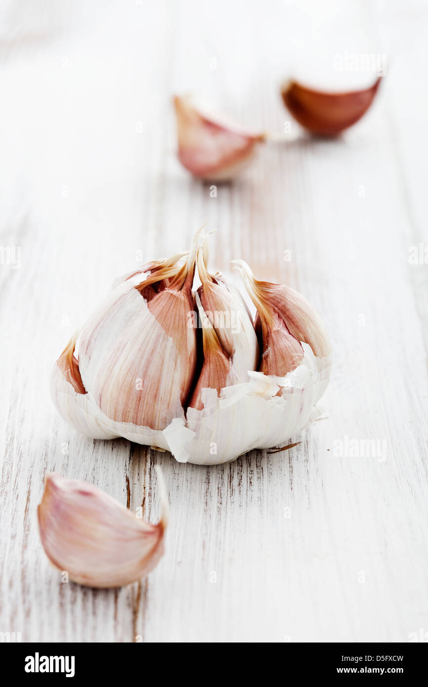 L'ail frais onwhite table en bois, selective focus Photo Stock
