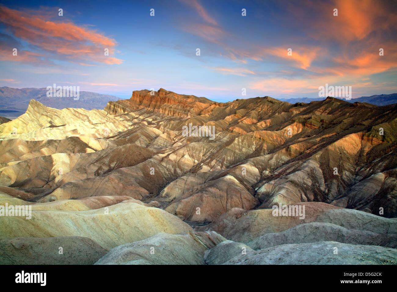 Manley Beacon (L), Cathedral Rock (R) et de badlands, Zabriskie Point, Death Valley National Park, California USA Photo Stock