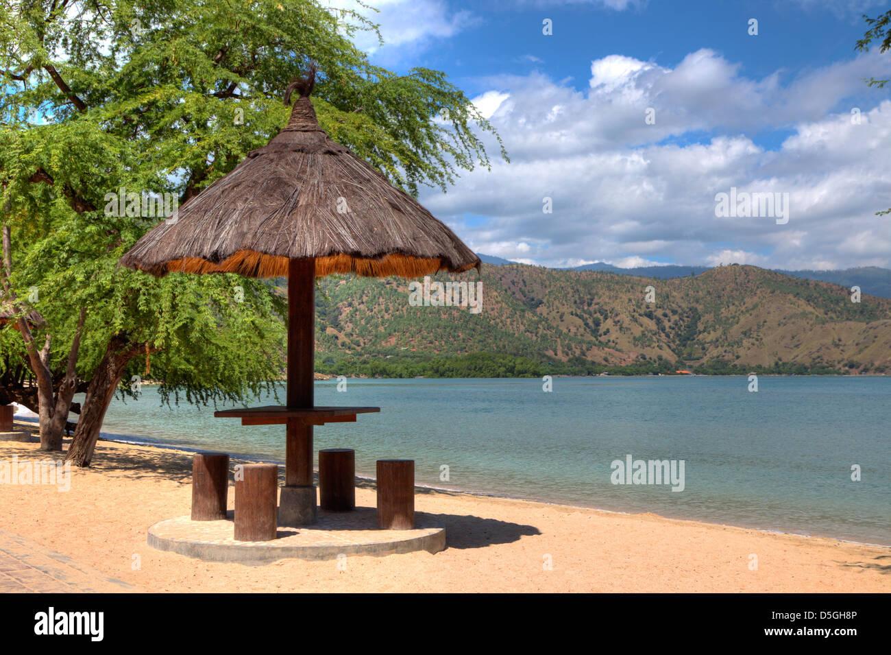 Feuilles naturelles couverts cabane sur une plage au Timor Leste dans HDR Banque D'Images