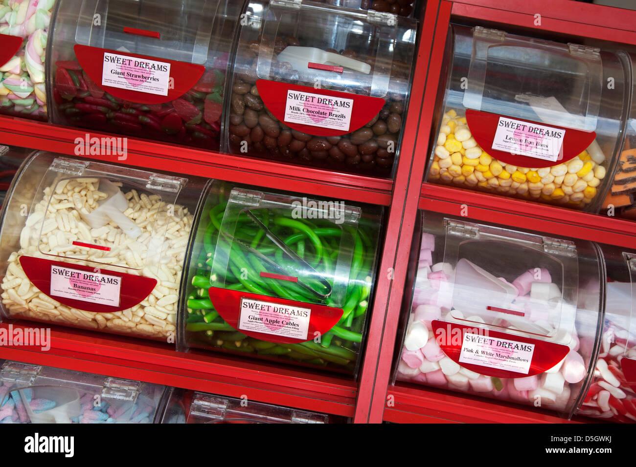 Comptoir affichage avec bols et barquettes de Pick & Mix Sweets Banque D'Images