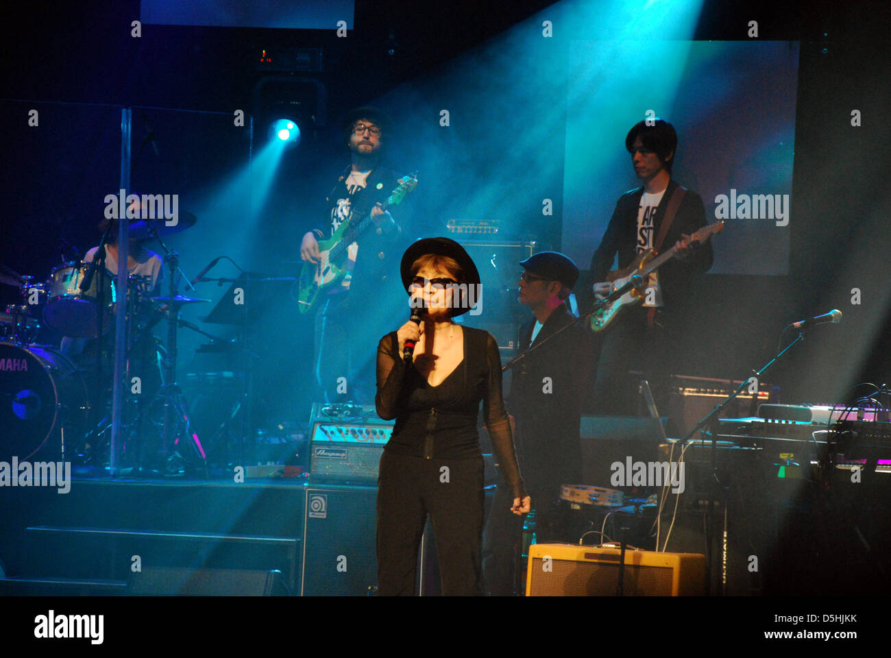 "Yoko Ono, veuve de John Lennon, joue avec le groupe ""Plastic Ono' à la Brooklyn Academy of Music de Photo Stock"