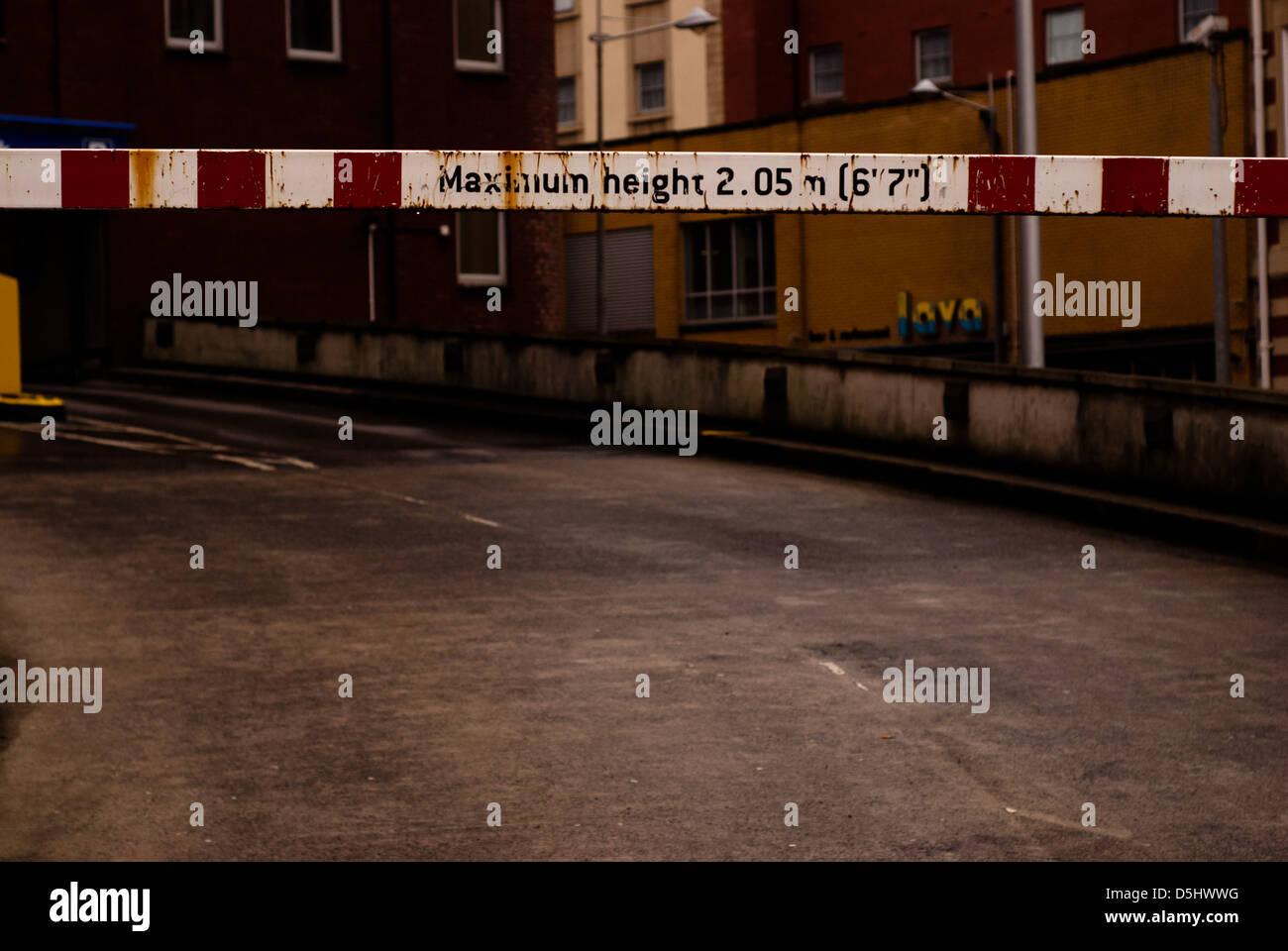 Bar de la limitation de hauteur menant au parking. Photo Stock