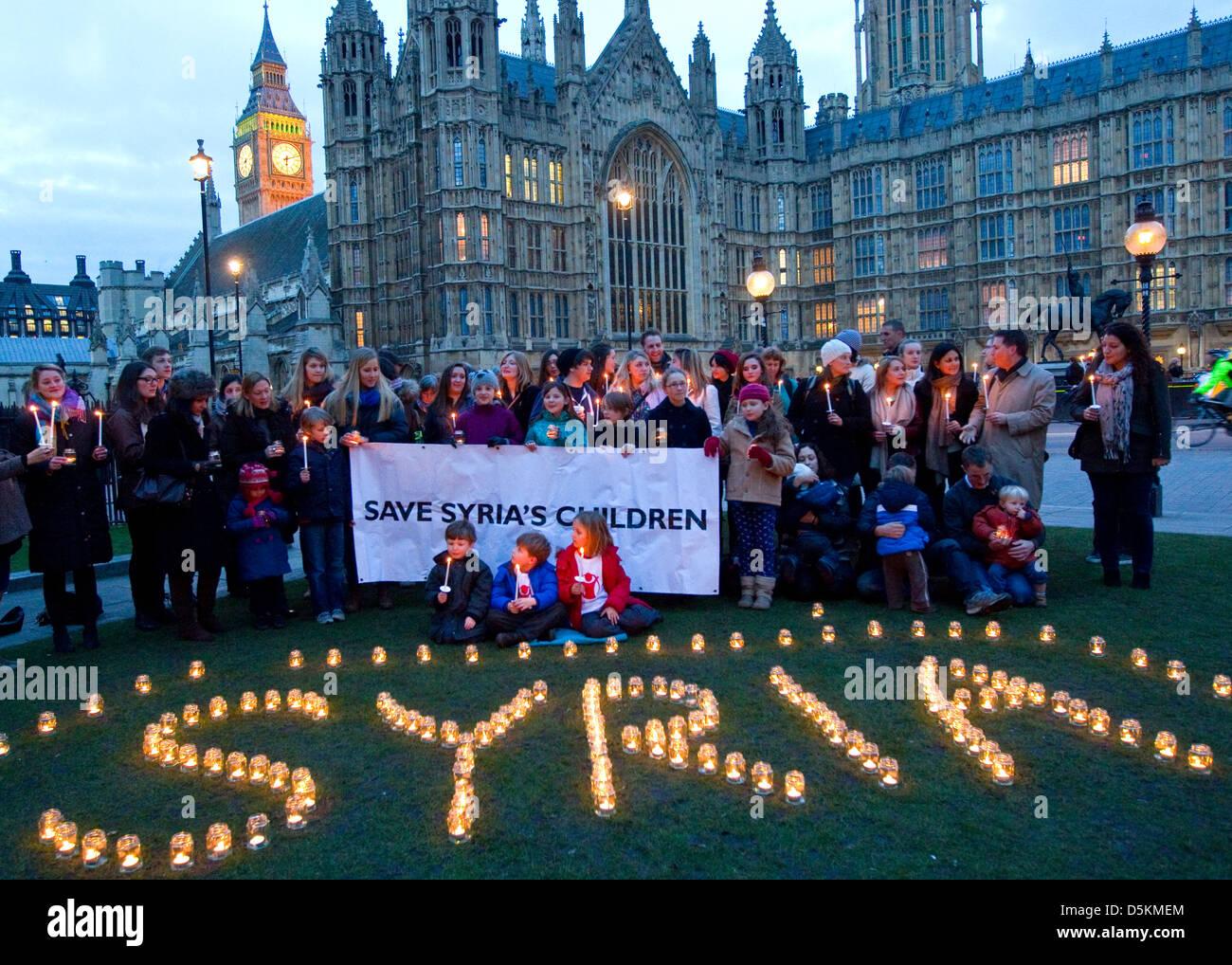 Veillée aux chandelles à l'extérieur du Parlement pour marquer le 2e anniversaire de la guerre Photo Stock