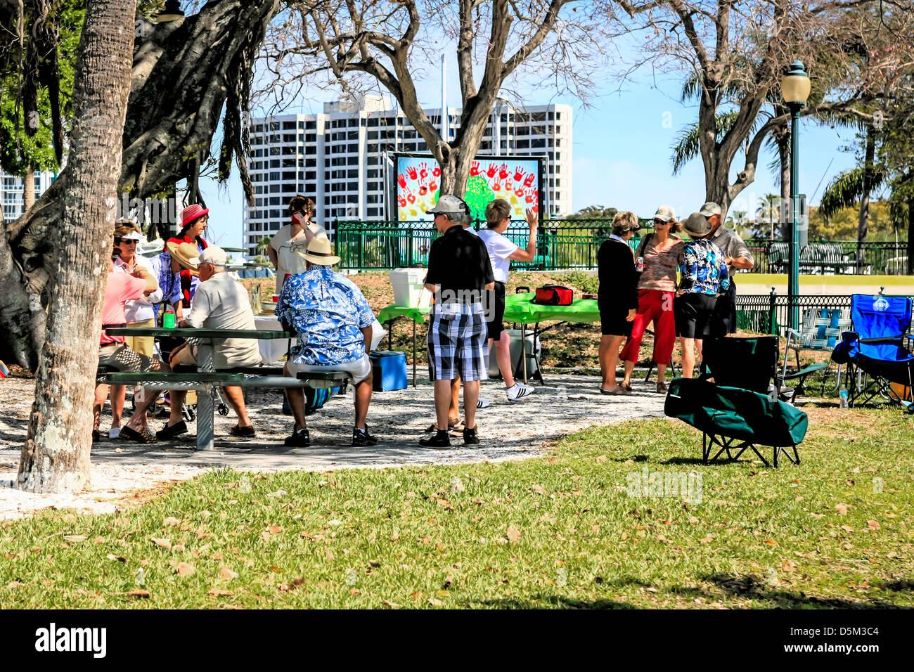 Retraités actifs un pique-nique à Marina Jack Trail à Sarasota en Floride Photo Stock