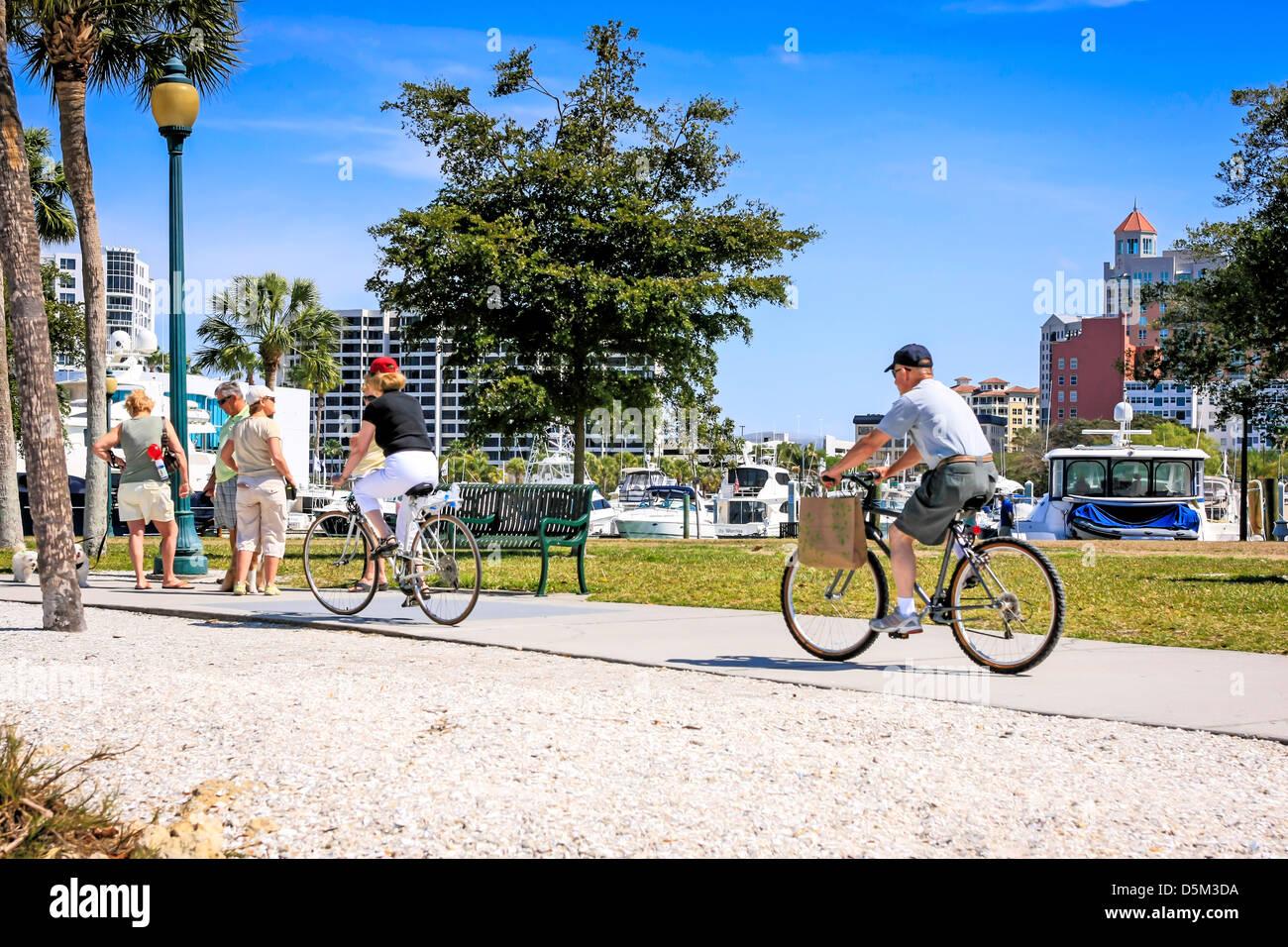 Cycle de retraités actifs autour de Marina Jack Trail à Sarasota en Floride Photo Stock