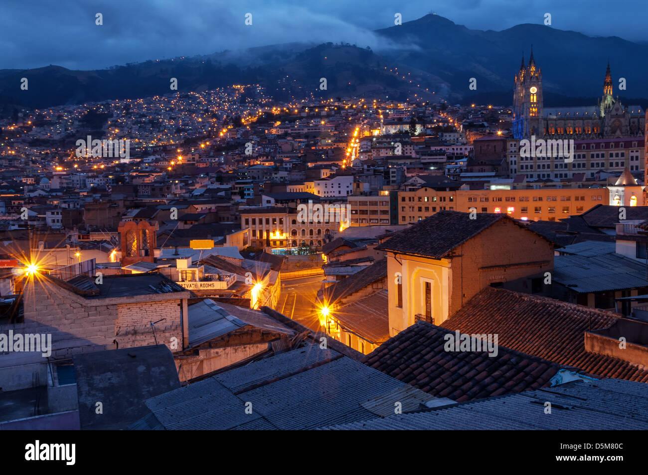 Quito, Equateur, vieille ville et la basilique de nuit avec des montagnes en arrière-plan Photo Stock