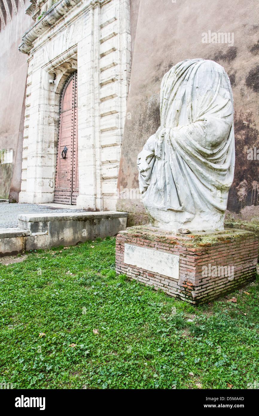 Statue sans tête par la porte de Castel Sant'Angelo. Photo Stock