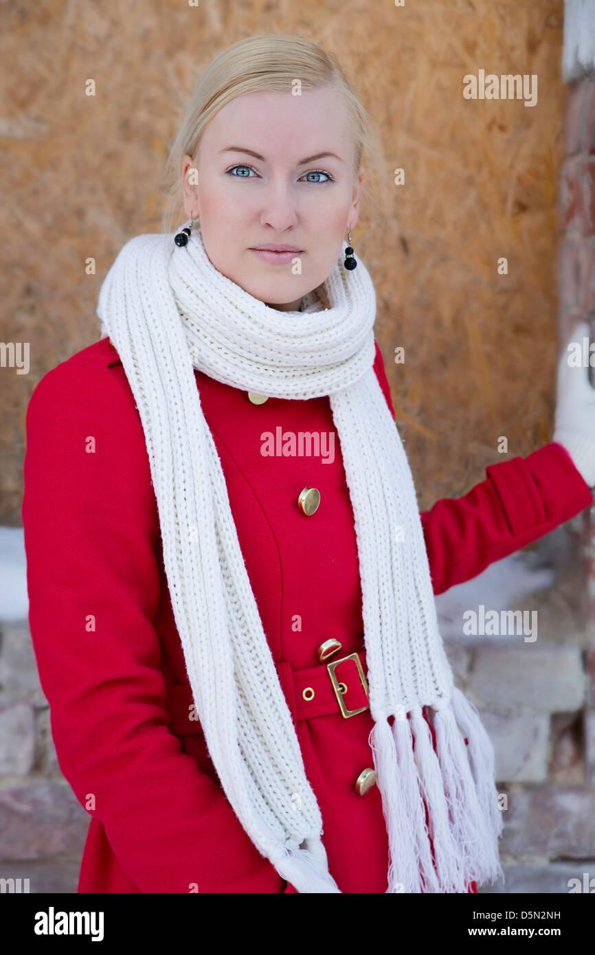 Jeune femme watch sur l'appareil-photo à jour d'hiver Photo Stock