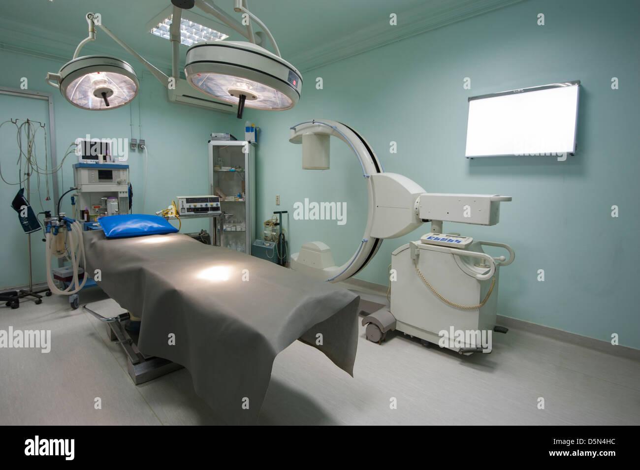 Salle d'opération d'urgence dans un centre médical à l'hôpital avec l'équipement Photo Stock