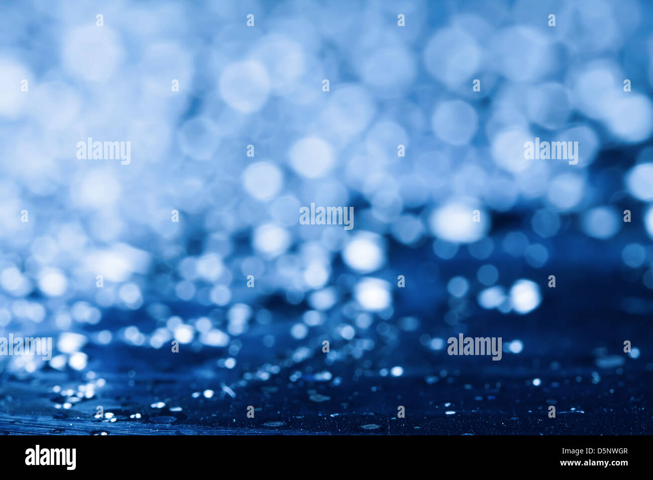 Fond de l'eau bleue avec des reflets. Banque D'Images