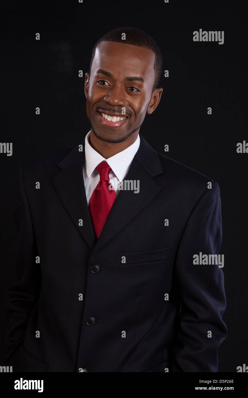 magasin en ligne 03248 446bd Homme noir en costume sombre, chemise blanche et cravate ...