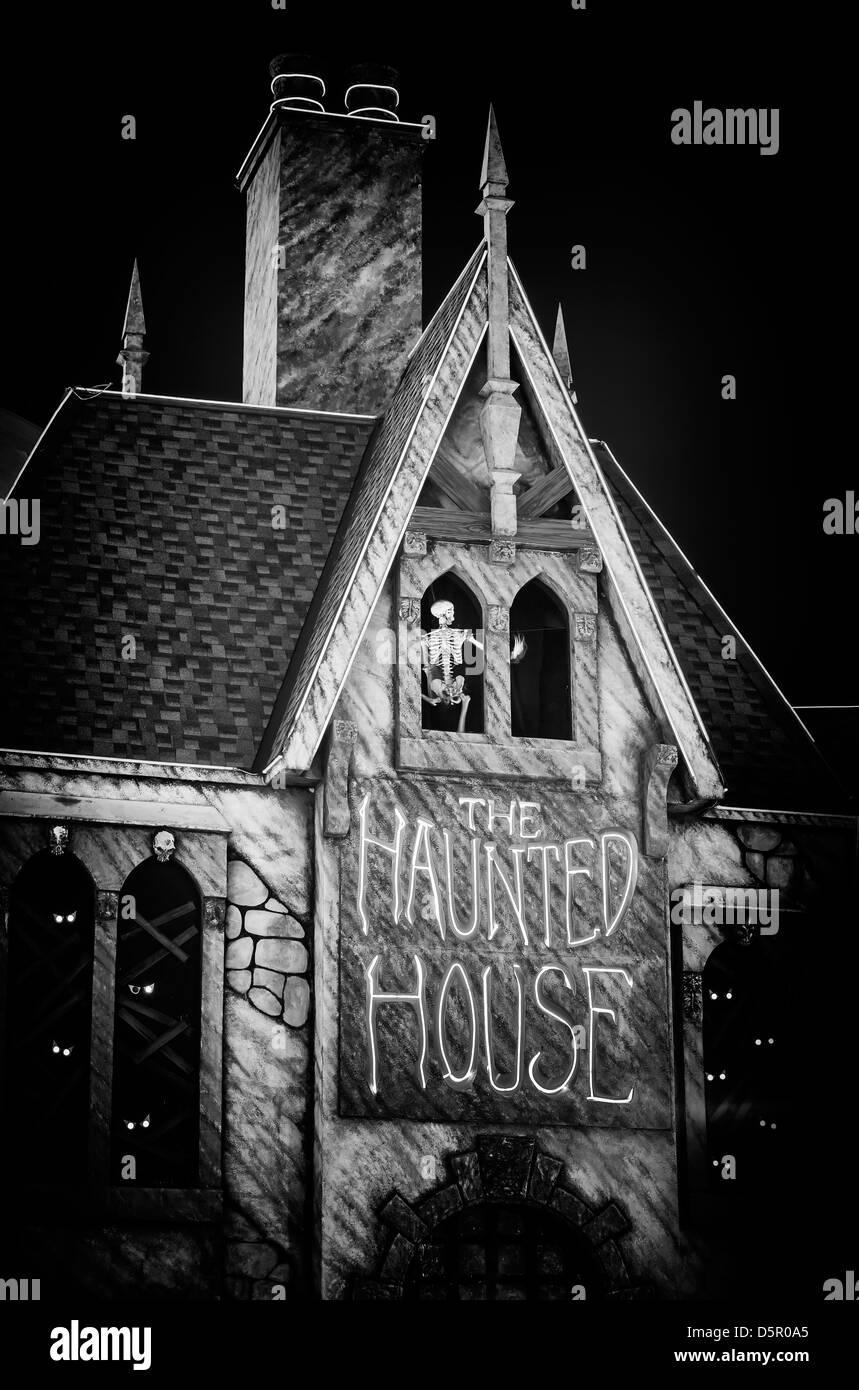 Maison hantée la nuit Photo Stock
