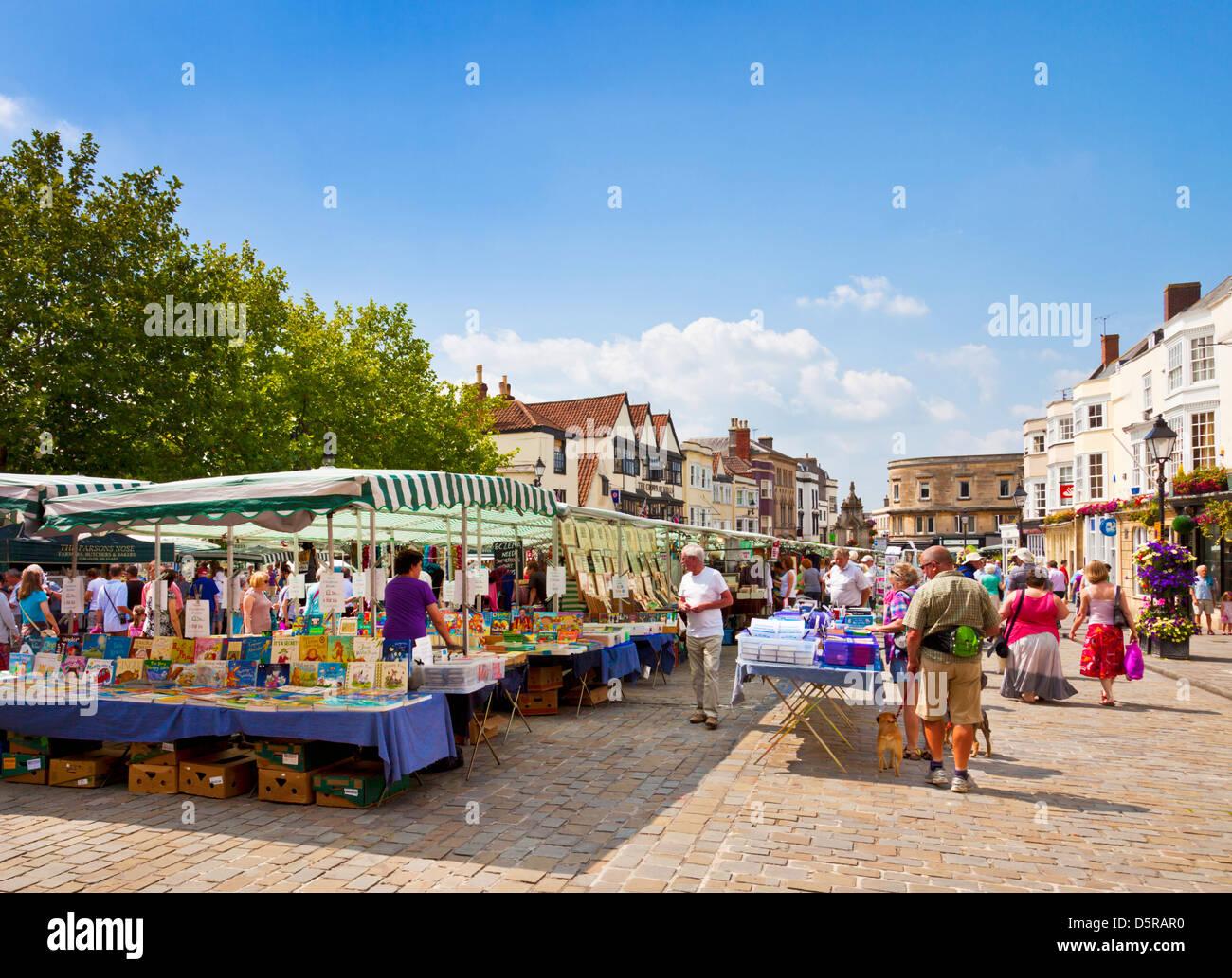 Les étals du marché traditionnel dans les puits city market place Somerset England UK GB Angleterre de l'UNION EUROPÉENNE Banque D'Images