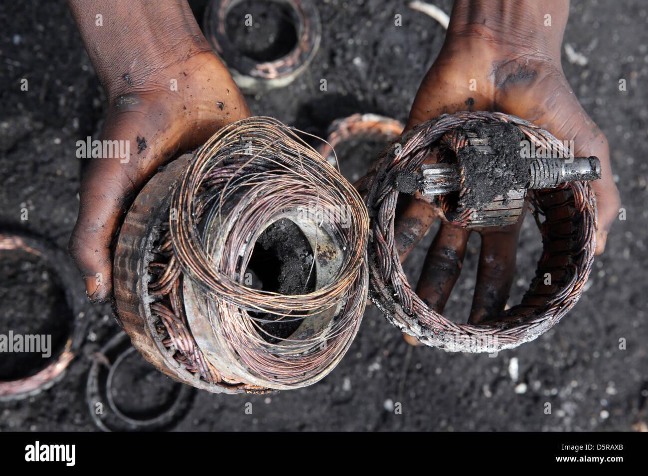 Bobinages de cuivre exposés par le feu à partir d'une électronique. Agbogbloshie site pour brûler Photo Stock