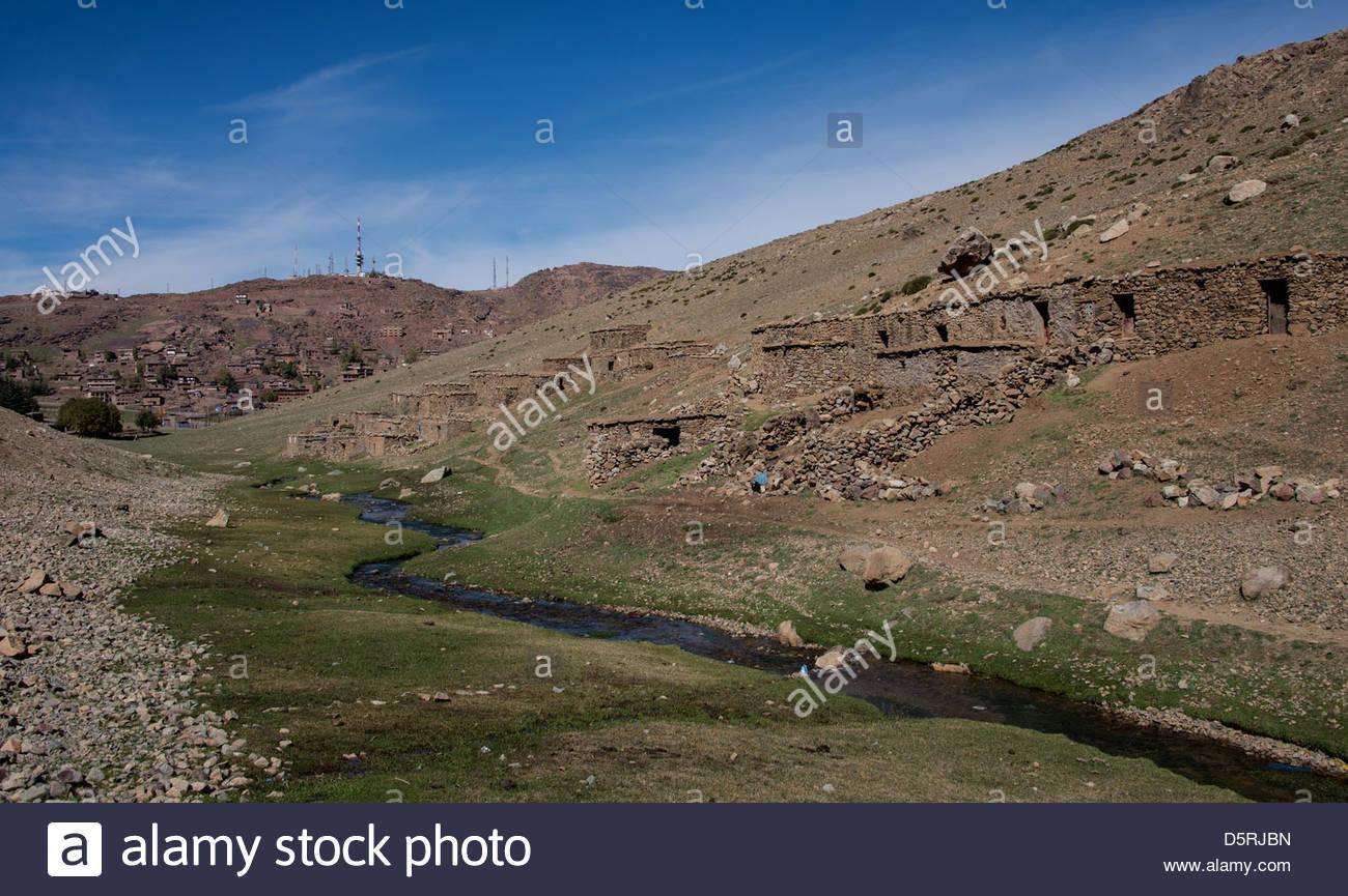 La route de la vallée de l'Ourika, les montagnes du Haut Atlas au Maroc Photo Stock