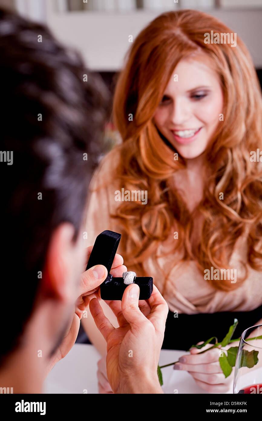 Heureux couple in restaurant dîner romantique amour date de mariage Jour de Valentines Photo Stock