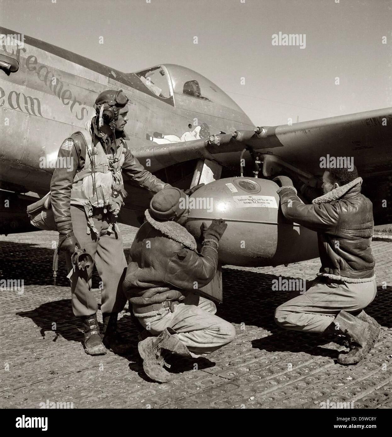 Edward C. pilotes Tuskegee Gleed avec le North American P-51 'Mustang' 'Creamer's Dream', 1945. Photo Stock