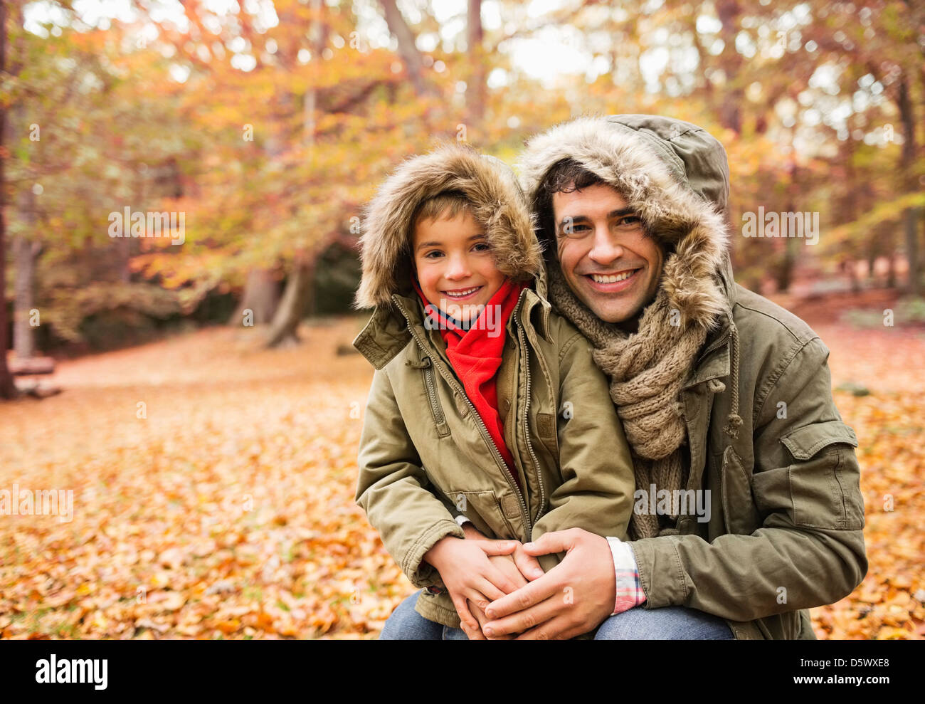 Père et fils smiling in park Photo Stock