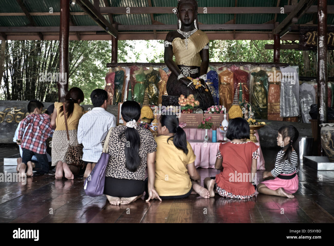 Thaïlande personnes adorant Bouddha à un Temple de la Thaïlande. S. E. l'Asie Photo Stock