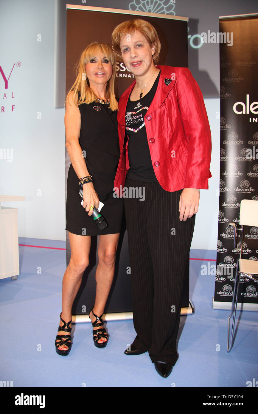 Silvia Troska et Oliver Pocher comme Angela Merkel à Salon de Beauté International sur le stand de Alessandro. Photo Stock