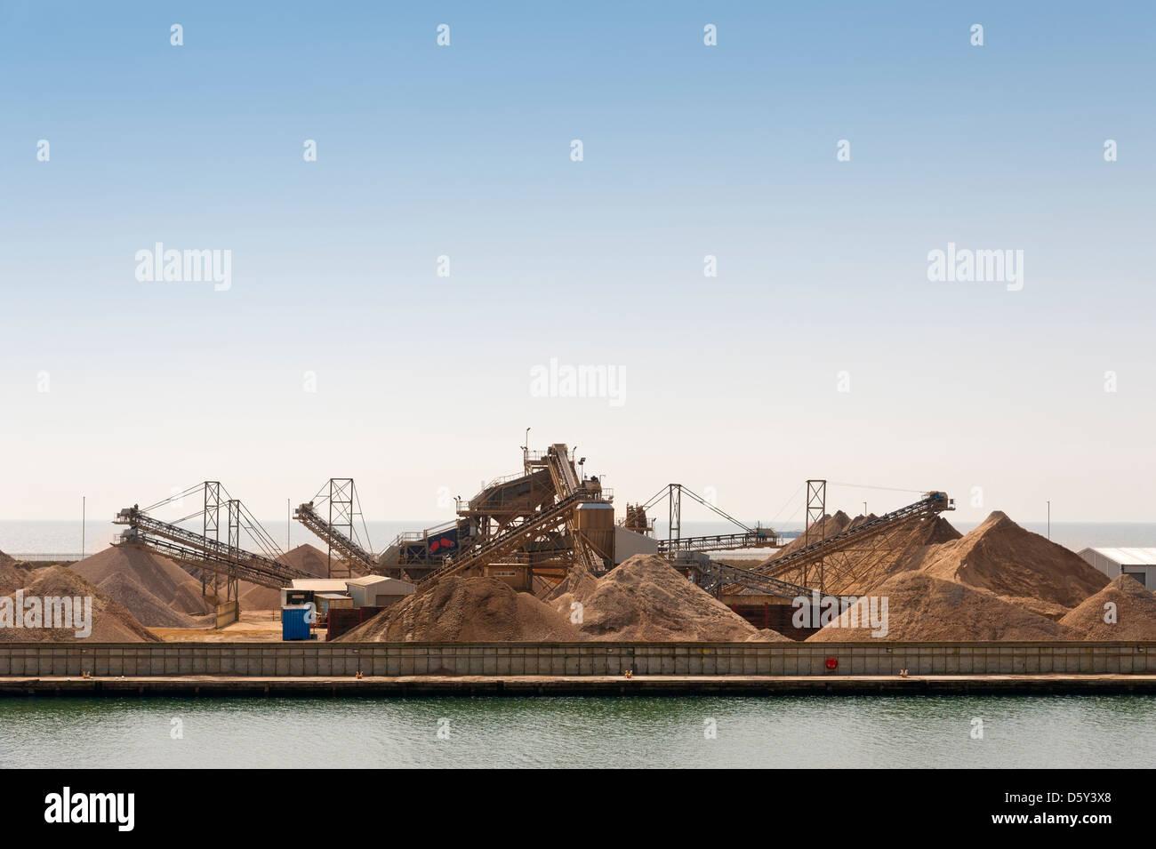 Énorme tas de granulats à une usine de transformation industrielle à Shoreham Harbour - Shoreham Photo Stock