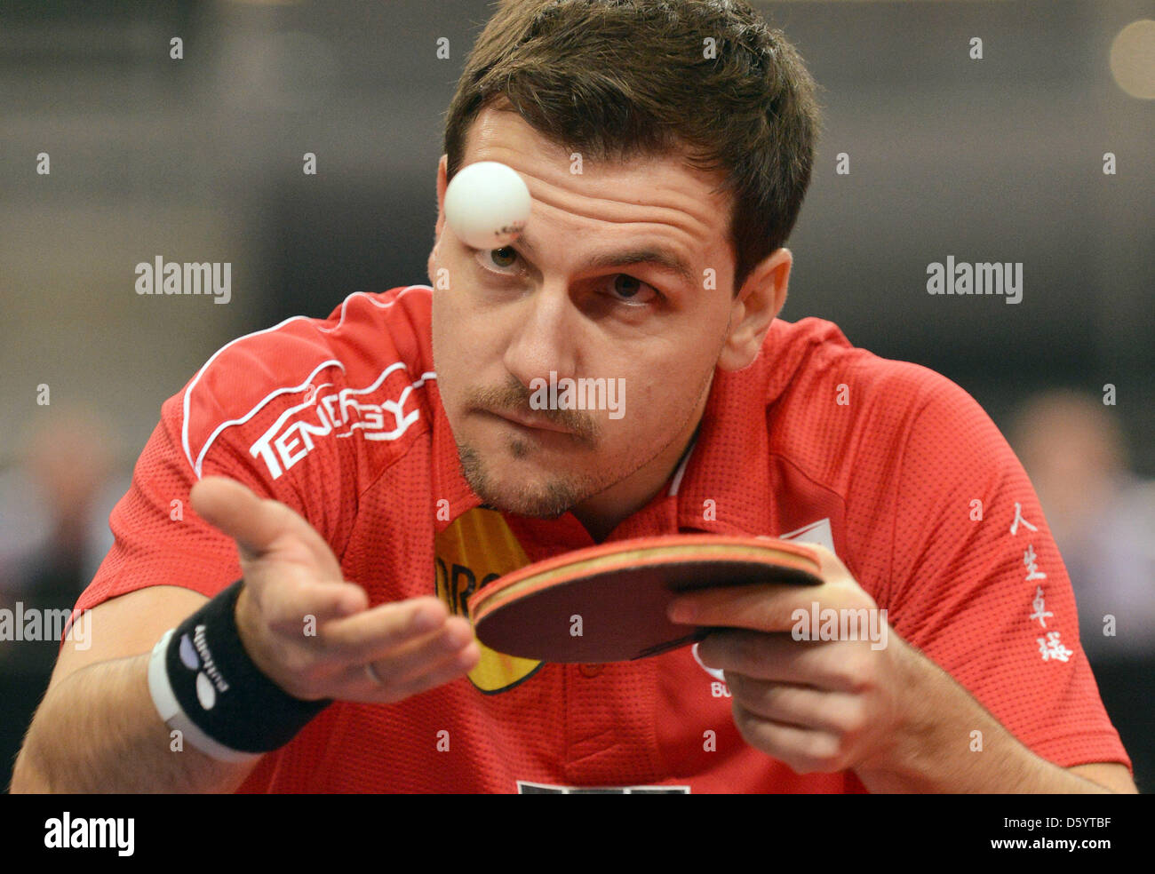 Joueur de tennis de table allemand Timo Boll sert la balle lors d'un match contre Yoshimura du Japon à Photo Stock