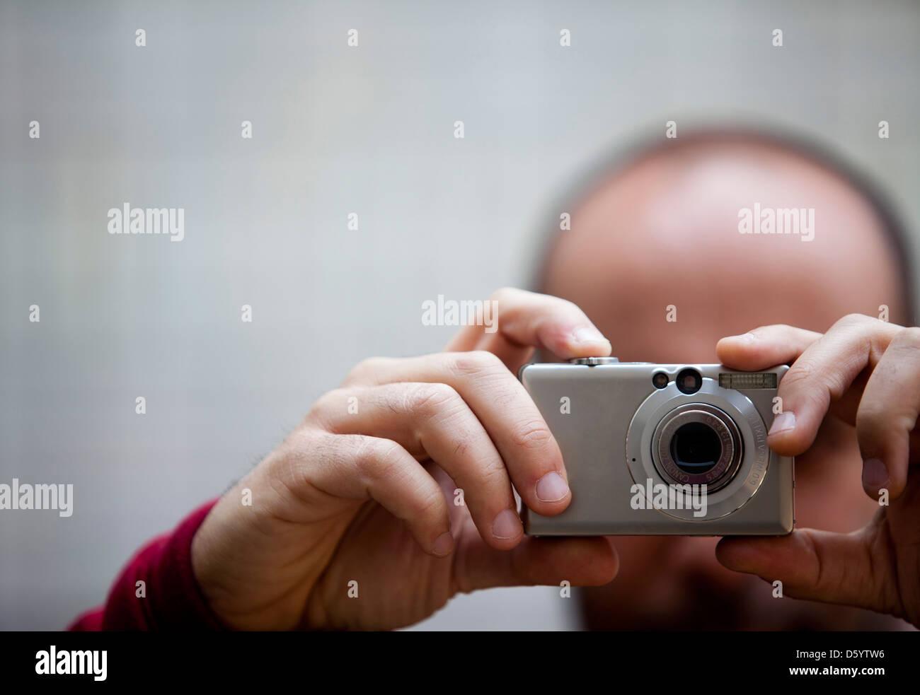 L'homme de prendre une photo, vue rapprochée Banque D'Images
