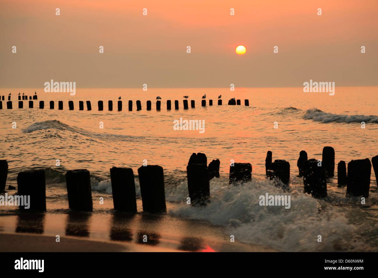 Niechorze (Horst), coucher du soleil à la plage, de la mer baltique, occidentale, Pologne Banque D'Images