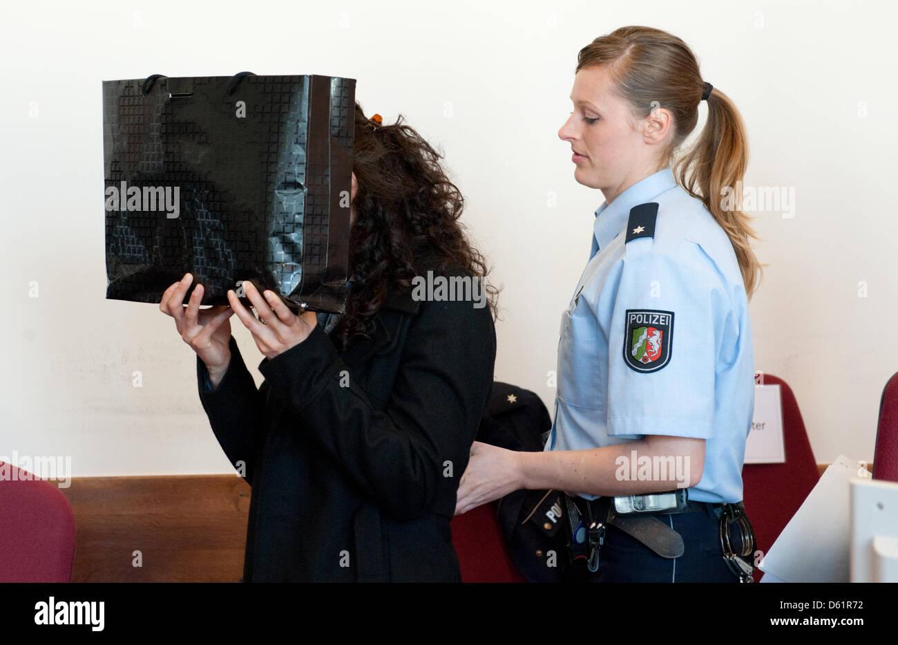 Le défendeur se cache derrière un sac avant le procès à la Cour régionale de Düsseldorf, Allemagne, 30 avril 2012. Banque D'Images