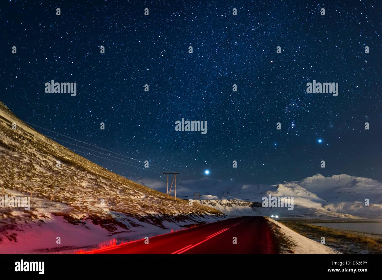 Nuit étoilée-Voie Lactée avec vide, et les lignes électriques, Grundarfjordur, Péninsule Photo Stock