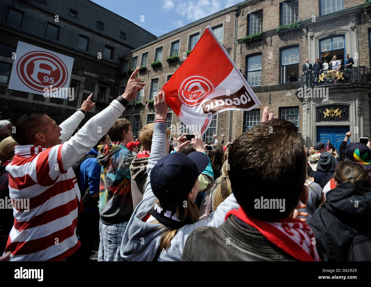 Les joueurs de Düsseldorf se tenir sur le balcon de l'hôtel de ville et célébrer la promotion Photo Stock