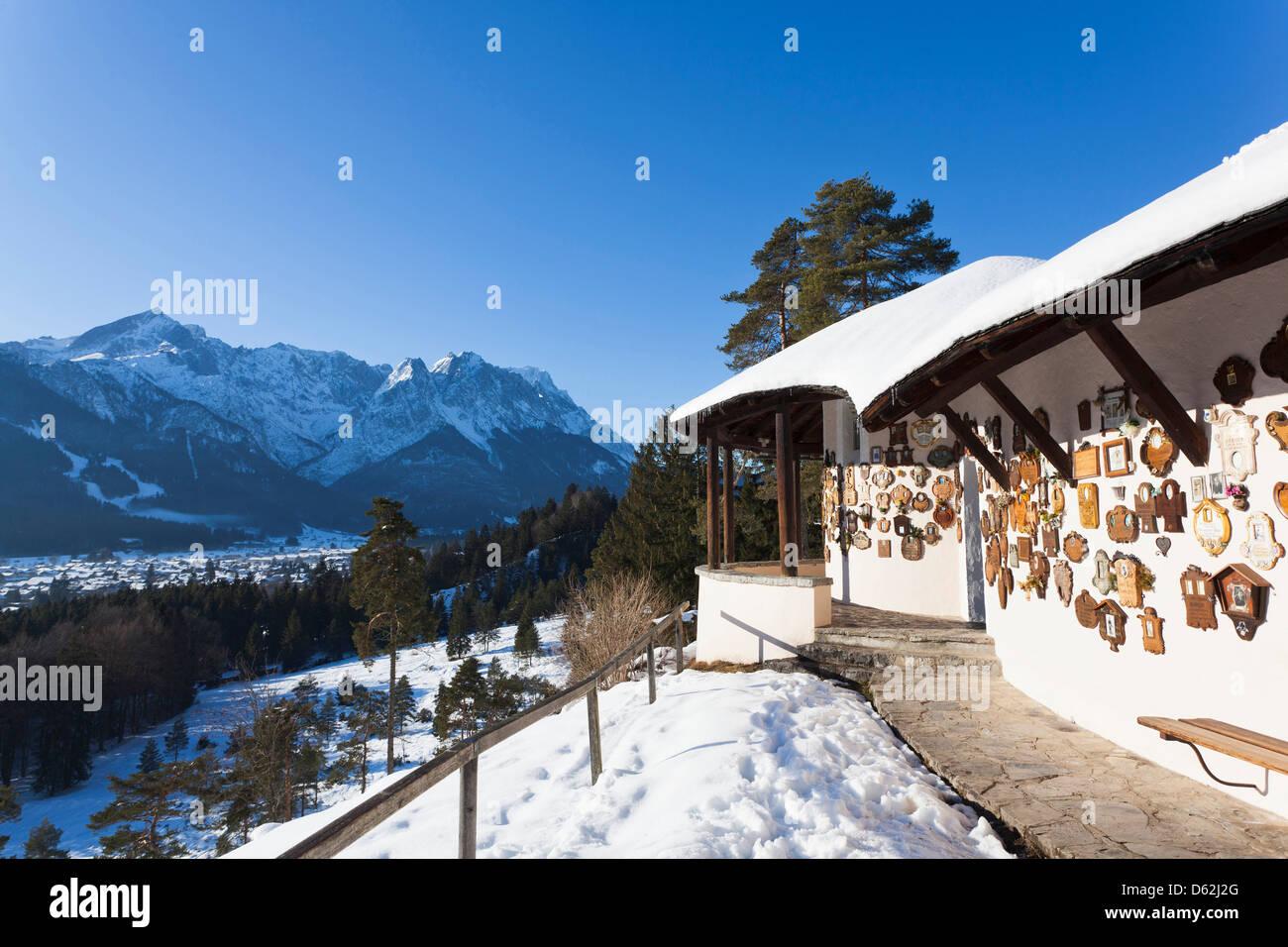 La Bavière, Allemagne. Vue sur la montagne Zugspitze Wetterstein avec chaîne et la ville de Garmisch-Partenkirchen. Photo Stock