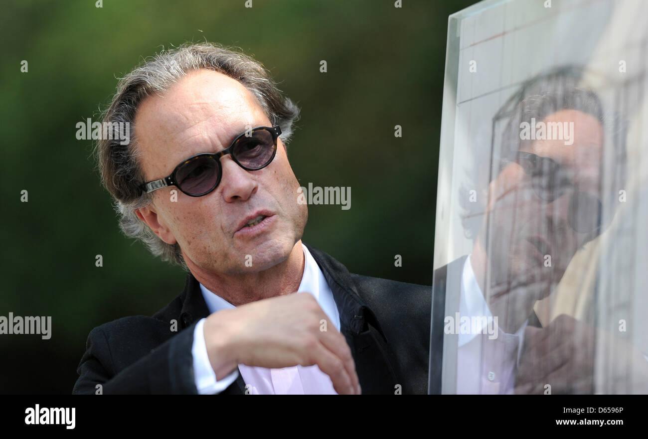 Photographe et conservateur Wolfgang Volz est à côté d'un croquis de l'artiste Christo à Photo Stock