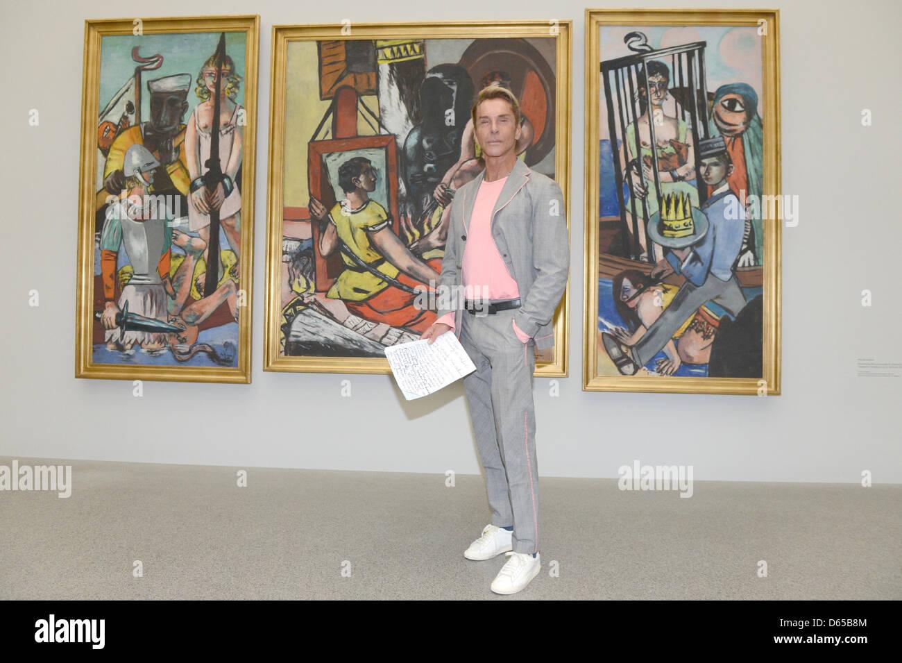 Fashion designer allemand Wolfgang Joop pose devant la tentation de peinture (la tentation de saint Antoine) de Photo Stock