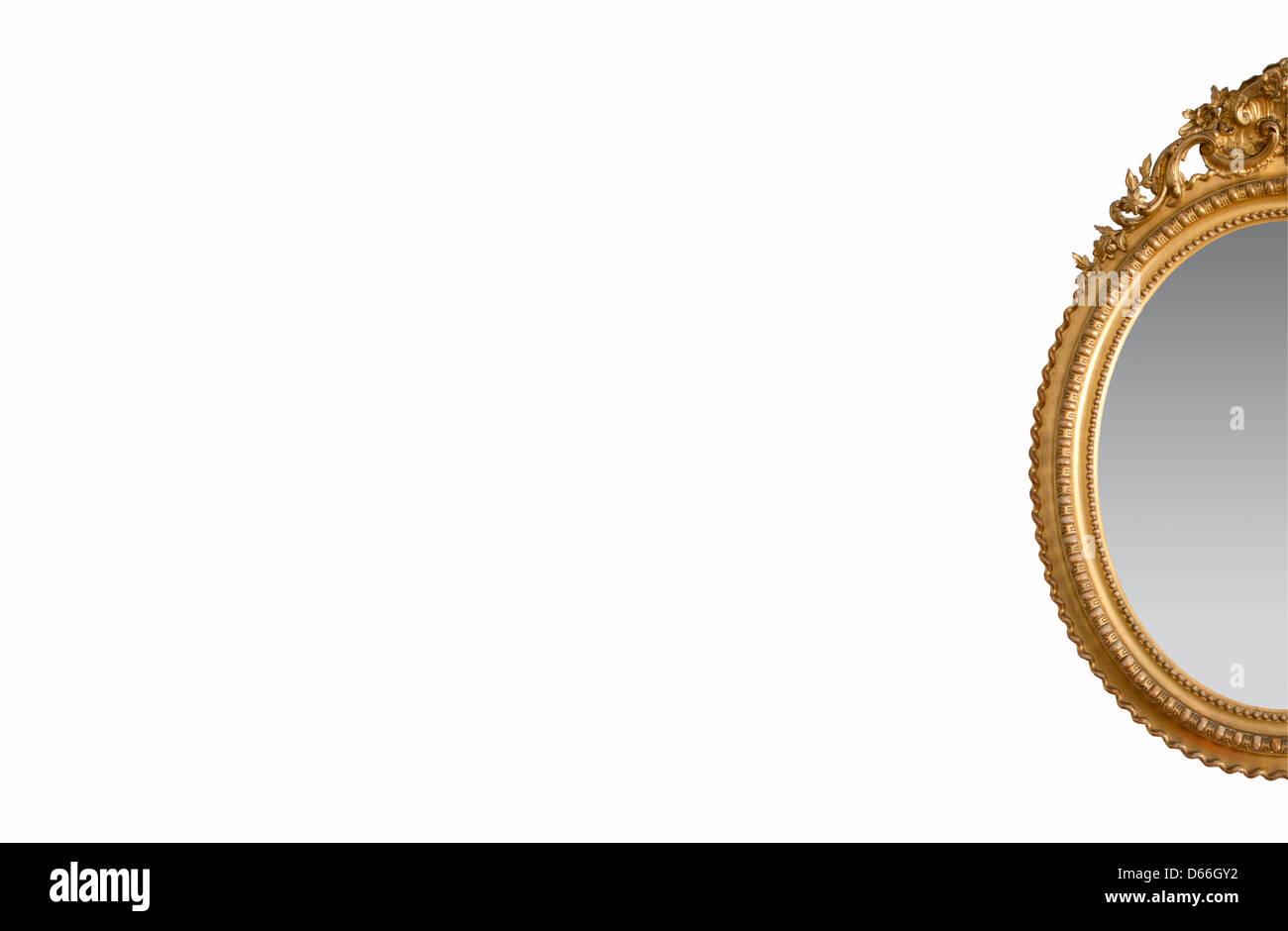 Orné d'un miroir d'or sur un fond blanc. Photo Stock